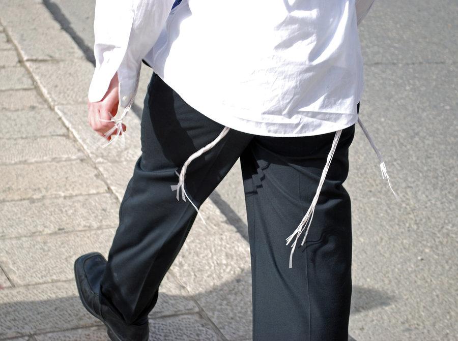 Мужчина носит веревку на поясе
